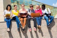 Grupo de estudiar de los estudiantes universitarios fotos de archivo