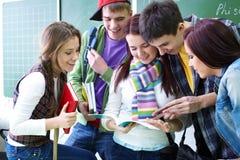 Grupo de estudio en sala de clase Foto de archivo