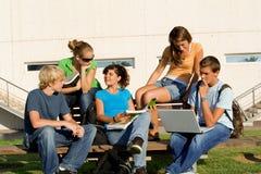 Grupo de estudo com portátil Fotografia de Stock Royalty Free