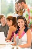 Grupo de estudo da High School que aprende na classe da biblioteca imagem de stock royalty free