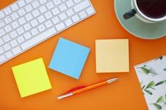 Grupo de etiquetas coloridas, do teclado branco, do caderno e dos petiscos Foto de Stock Royalty Free