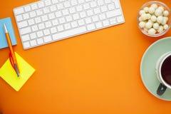Grupo de etiquetas coloridas, do teclado branco, do caderno e dos petiscos Imagem de Stock