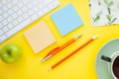 Grupo de etiquetas coloridas, do teclado branco, do caderno e dos petiscos Fotos de Stock Royalty Free