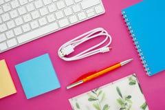 Grupo de etiquetas coloridas, do teclado branco, do caderno e dos petiscos Imagem de Stock Royalty Free