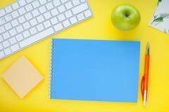 Grupo de etiquetas coloridas, do teclado branco, do caderno e dos petiscos Fotografia de Stock Royalty Free