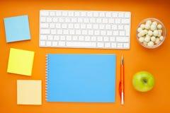 Grupo de etiquetas coloridas, do teclado branco, do caderno e dos petiscos Foto de Stock