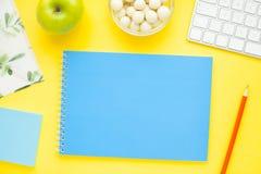 Grupo de etiquetas coloridas, do teclado branco, do caderno e dos petiscos Imagens de Stock