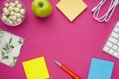 Grupo de etiquetas coloridas, do teclado branco, do caderno e dos petiscos Fotografia de Stock