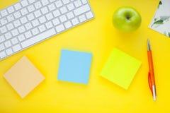 Grupo de etiquetas coloridas, do teclado branco, do caderno e dos petiscos Fotos de Stock