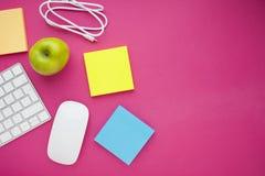 Grupo de etiquetas coloridas, do teclado branco, do caderno e dos petiscos Imagens de Stock Royalty Free