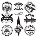 Grupo de etiquetas da canoa e do caiaque Dois o homem em um barco, remos dos barcos, montanhas, fogueira, floresta, excursões, ka ilustração do vetor