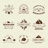 Grupo de etiquetas de acampamento ilustração do vetor