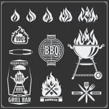 Grupo de etiquetas do BBQ e da grade Emblemas do assado, crachás e elementos do projeto Imagens de Stock