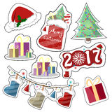 Grupo de etiquetas festivas brilhantes do vetor em um estilo liso Chapéu do Natal, bota com presentes, ano do Natal, caixas com o Imagem de Stock Royalty Free
