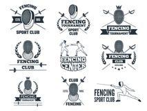 Grupo de etiquetas para cercar o esporte Imagens monocromáticas dos floretes, da máscara da espada e do outro equipamento ilustração do vetor