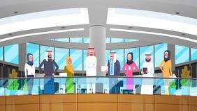 Grupo de executivos árabes no escritório moderno que veste o homem de negócios árabe And Businesswoman da roupa tradicional ilustração stock