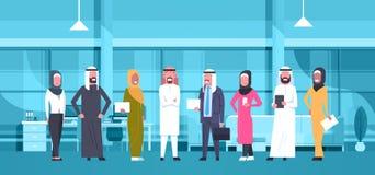 Grupo de executivos árabes no escritório moderno que veste o homem de negócios árabe And Businesswoman da roupa tradicional ilustração do vetor