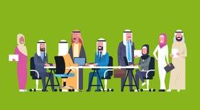 Grupo de executivos árabes que trabalham junto trabalhadores Team Brainstorming Meeting de Sit At Office Desk Muslim ilustração royalty free