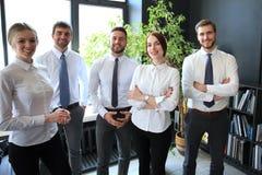 Grupo de executivos bem sucedidos no fundo do escrit?rio foto de stock