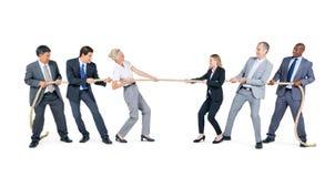 Grupo de executivos de corda puxando Imagem de Stock Royalty Free