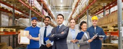 Grupo de executivos e de trabalhadores do armaz?m imagem de stock