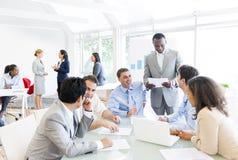 Grupo de executivos em torno da tabela de conferência Fotografia de Stock