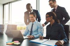 Grupo de executivos feliz no escritório fotografia de stock royalty free