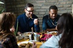 Grupo de executivos felizes que comem no restaurante foto de stock royalty free
