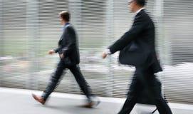 Grupo de executivos na rua imagem de stock royalty free