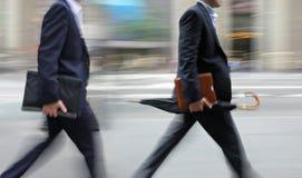 Grupo de executivos na rua fotos de stock royalty free