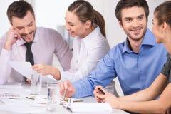 Grupo de executivos novos que falam nos pares Imagem de Stock Royalty Free