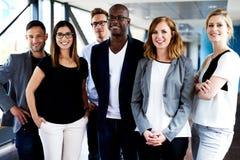 Grupo de executivos novos que levantam para a imagem Fotos de Stock