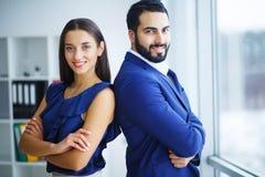 Grupo de executivos novos que têm uma reunião do trabalho fotos de stock royalty free