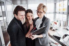 Grupo de executivos novos que trabalham junto no escritório coworking grande Departamento do mercado que discute o plano de produ imagens de stock royalty free