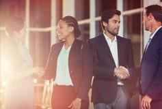 Grupo de executivos que agitam as mãos um com o otro Imagens de Stock Royalty Free
