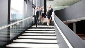 Grupo de executivos que andam em escadas