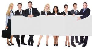 Grupo de executivos que apresentam a bandeira vazia foto de stock