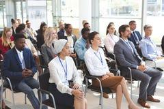 Grupo de executivos que atendem a um seminário do negócio fotografia de stock