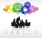 Grupo de executivos que discutem com as bolhas e os símbolos do discurso Foto de Stock Royalty Free
