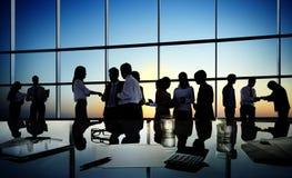 Grupo de executivos que discutem em uma sala de conferências imagens de stock royalty free