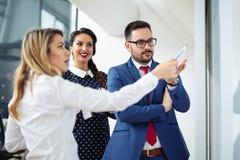Grupo de executivos que discutem o projeto novo no whiteboard imagens de stock royalty free