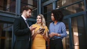 Grupo de executivos que discutem o trabalho imagem de stock