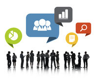 Grupo de executivos que discutem trabalhos em rede sociais fotografia de stock royalty free