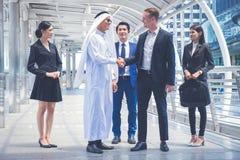 Grupo de executivos que estão na cidade e que discutem ideias para o futuro do negócio multi cultura dos executivos imagem de stock