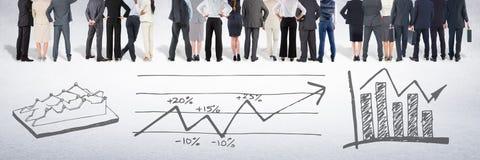 Grupo de executivos que estão na frente dos desenhos das cartas de desempenho das estatísticas imagens de stock