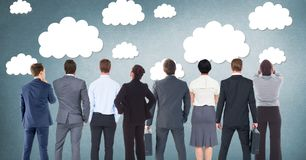 Grupo de executivos que estão na frente dos gráficos das nuvens fotos de stock royalty free