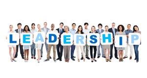 Grupo de executivos que guardam a liderança da palavra fotografia de stock