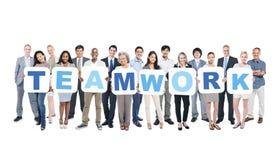 Grupo de executivos que guardam trabalhos de equipa da palavra Foto de Stock