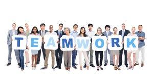 Grupo de executivos que guardam trabalhos de equipa da palavra Fotografia de Stock Royalty Free