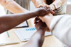 Grupo de executivos que juntam-se às mãos junto Fotografia de Stock Royalty Free